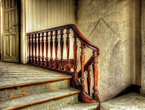 stare schody w domu - wygląd i renowacja