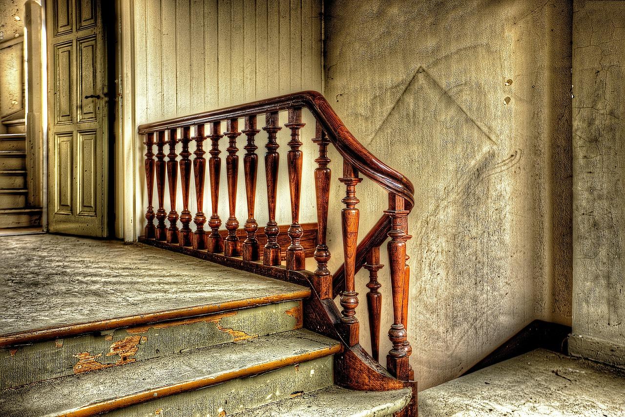 Zalety drewnianych schodów w domu – czyszczenie i wygląd